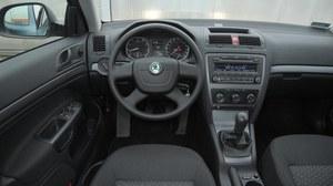 Największą wadą tego wnętrza jest nieprzyjemna w dotyku kierownica. Praktyczność zasługuje na ocenę celującą. /Motor