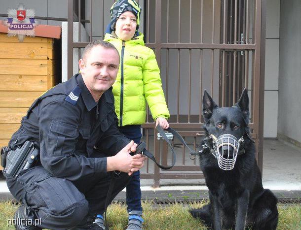 Największe zainteresowanie Ksawerego wzbudził policyjny pies /Policja
