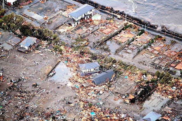Największe zniszczenia spowodowało nie trzęsienie a fala tsunami /PAP/EPA