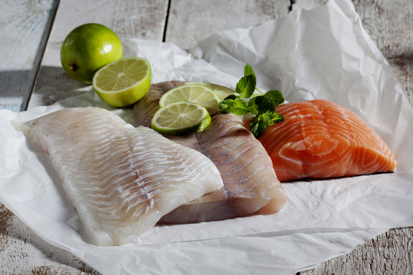 Największym grzechem, jaki popełniamy, przyrządzając dania z ryb, jest ich smażenie. Najlepsze dla ryby jest pieczenie lub gotowanie na parze /123RF/PICSEL