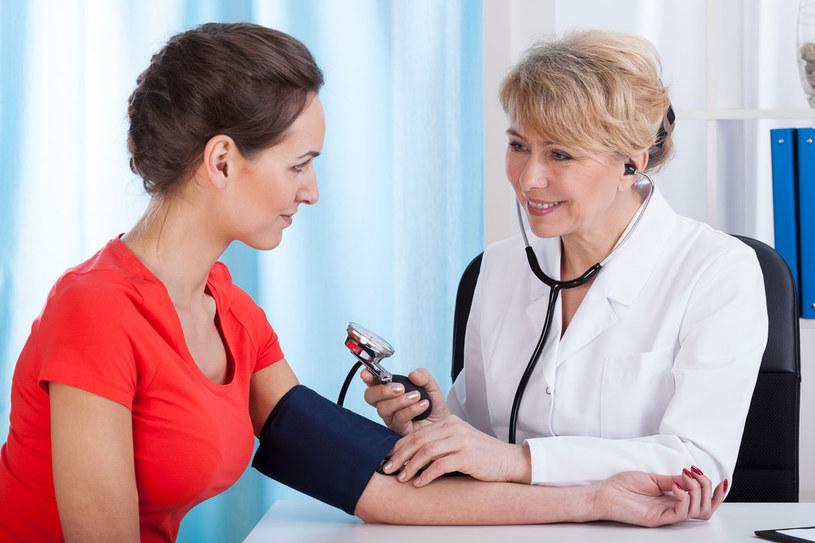 Największymi wrogami twojego serca są cholesterol i zbyt wysokie ciśnienie. Kontroluj te parametry regularnie /123RF/PICSEL
