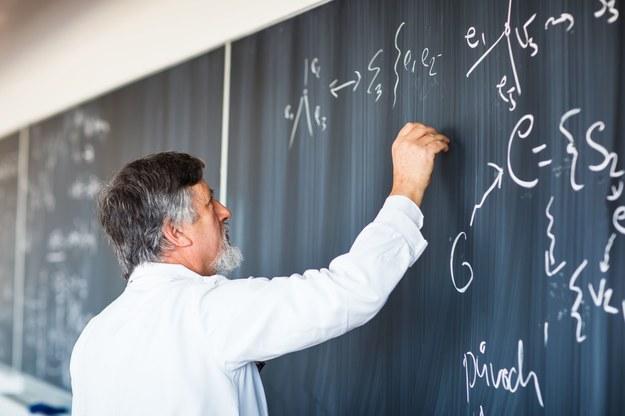 Najwyższe płace otrzymywali profesorowie. Mediana ich miesięcznych wynagrodzeń wynosiła 6900 zł /123RF/PICSEL