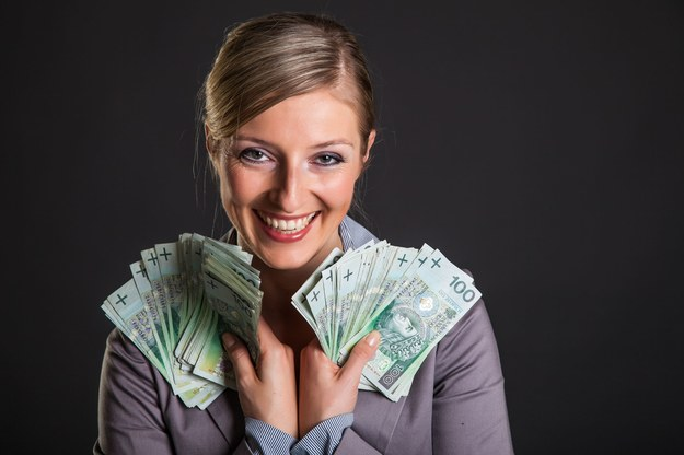 Najwyższe przeciętne wynagrodzenie otrzymywały kobiety zatrudnione w Zabierzowie /123RF/PICSEL