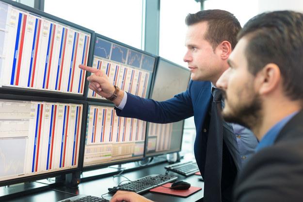 Najwyższe zarobki otrzymywali zatrudnieni w bankowości inwestycyjnej. Tam mediana wynagrodzeń całkowitych wyniosła 7000 zł brutto /123RF/PICSEL