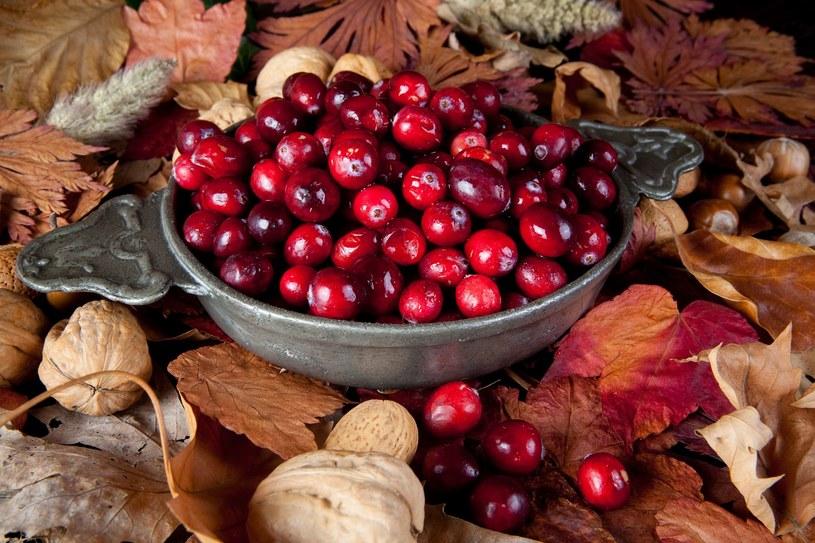Najzdrowsze są surowe owoce i świeżo wyciskany sok bez dodatku cukru /123RF/PICSEL