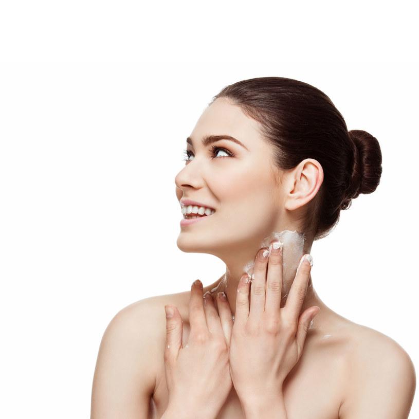 Nakładaj krem na szyję w ten sposób. W przeciwnym razie skóra szybciej się zestarzeje. /123RF/PICSEL