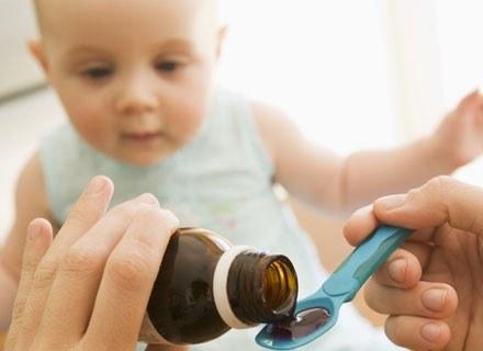 Nakłonienie chorego dziecka do przyjęcia zalecanego leku czasem bywa trudne /© Panthermedia