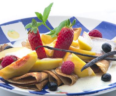 Naleśniki z brzoskwiniami i sosem waniliowym