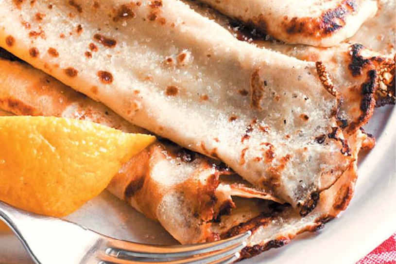 Naleśniki z sokiem z cytryny i cukrem / Pancakes with lemon juice and sugar /materiały prasowe