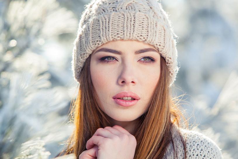Należy nosić czapki, bo włosy nie znoszą skrajnych temperatur /123RF/PICSEL
