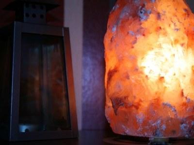 Namiastką solnej jaskini jest lampa z kryształu soli  /© Panthermedia