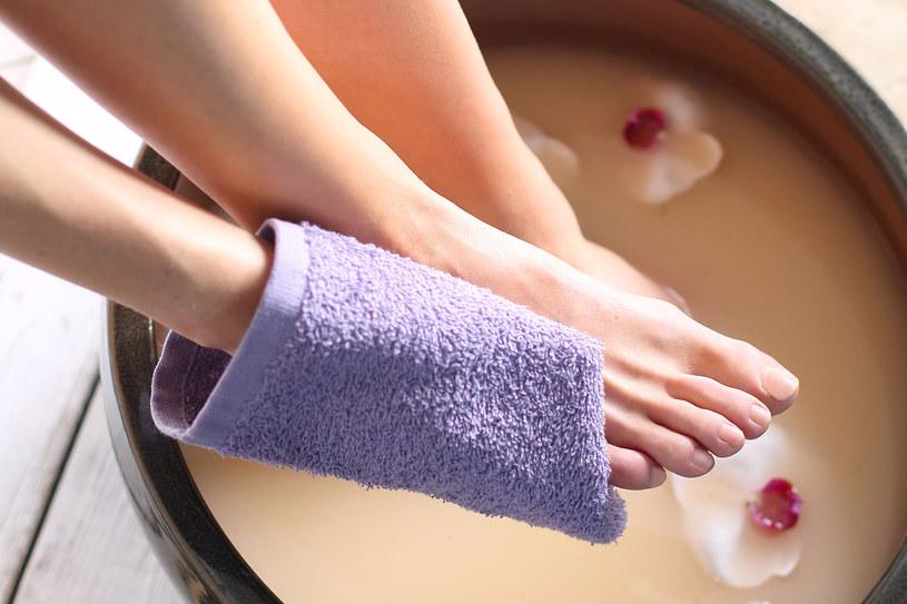 Namocz stopy w wodzie z dodatkiem mąki ziemniaczanej i siemienia lnianego /©123RF/PICSEL
