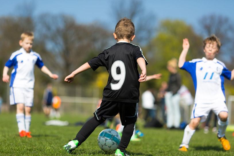 Namów dziecko do gry w piłkę nożną /©123RF/PICSEL