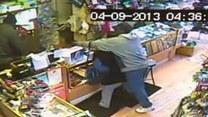 Napad na sklep! Ranny właściciel walczył z rabusiami!