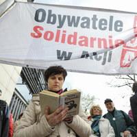 Napadali na miasteczko namiotowe przed Sejmem. Zostali przesłuchani i zwolnieni