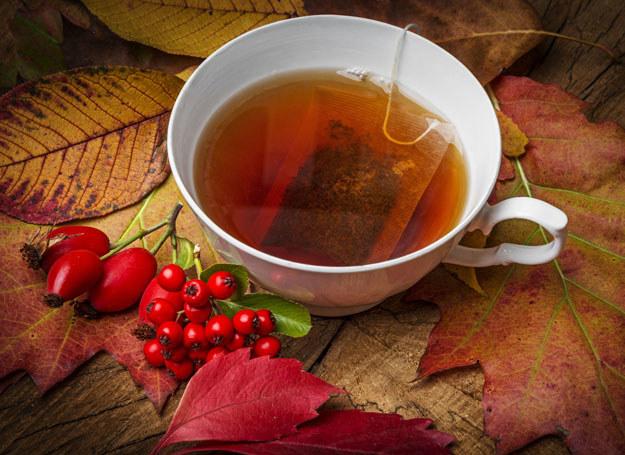 Napary z zielonej, białej i czarnej herbaty działają łagodząco i antybakteryjnie /123RF/PICSEL