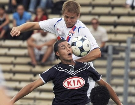 napastnik Bordeaux Marouane Chamakh (u góry) i Mathieu Bodmer /AFP