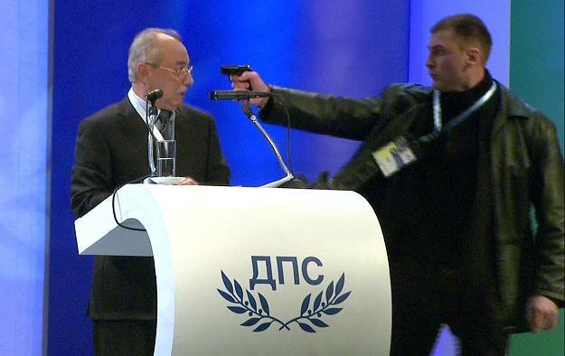 Napastnik był uzbrojony w broń gazową /AFP