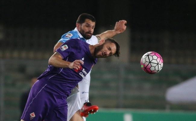 Napastnik Chievo Sergio Pellissier (z lewej) i Gonzalo Rodriguez z Fiorentiny /PAP