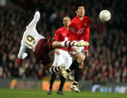 Napastnik ManU Ji-Sung Park (z lewej) walczy o piłkę z Gilberto Silvą z Arsenalu /AFP