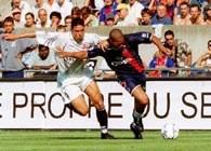 Napastnik Paris St. Germain Jose Aloisio (P) walczy o piłkę z Abdelilahem Fahmim (L) z Lille
