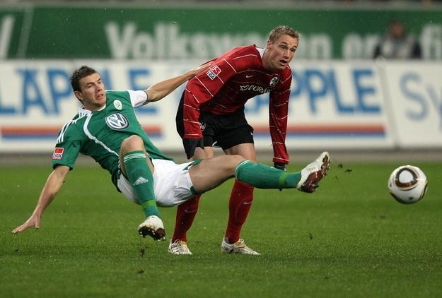Napastnik Wolfsburga Edin Dżeko (z lewej) /AFP