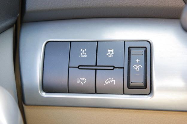 Napęd 4x4 to opcja. Sorento II korzysta w tym wypadku ze stałego układu napędowego na przód i dołączanego na tył. W terenie można wymusić jego zblokowanie lub skorzystać z asystenta zjazdu. /Motor