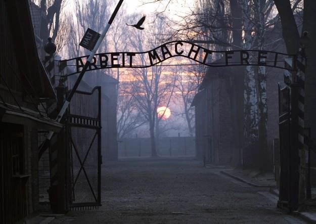 """Napis """"Arbeit macht frei"""" został skradziony znad obozowej bramy 18 grudnia nad ranem /AFP"""