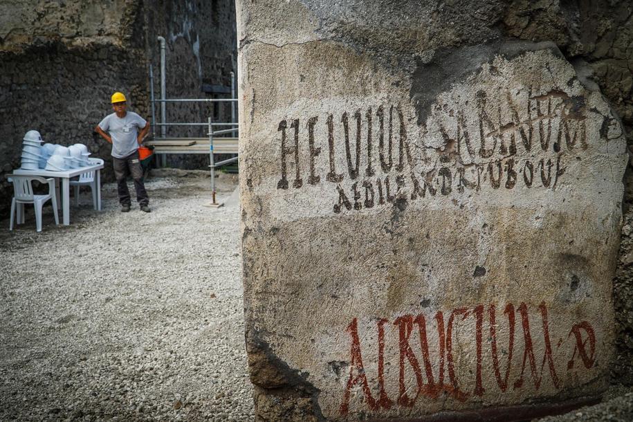 Napis odnaleziony przez archeologów w Pompejach /CESARE ABBATE/ANSA /PAP/EPA
