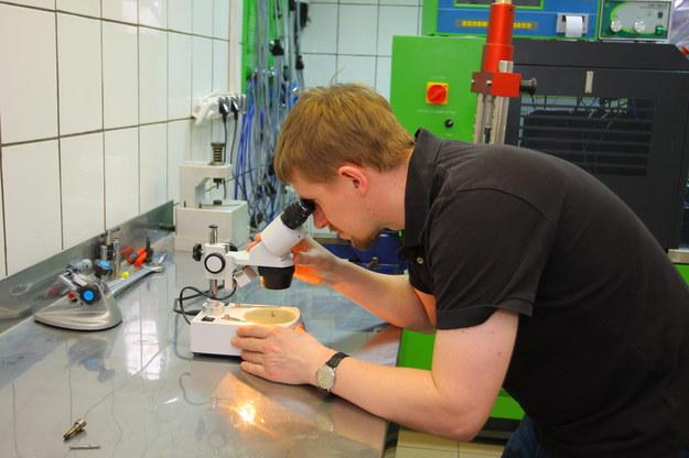 Naprawę poprzedza test na stole pomiarowym i sprawdzenie elementów pod mikroskopem. /Motor