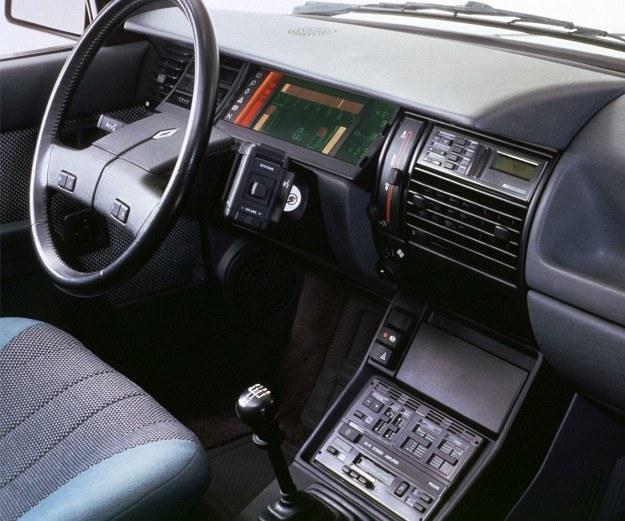 Nareszcie! Właśnie na to czekają kierowcy wszystkich samochodów na świecie - elementy sterowania radioodbiornika zgrupowane tuż przy kole kierownicy. /Renault