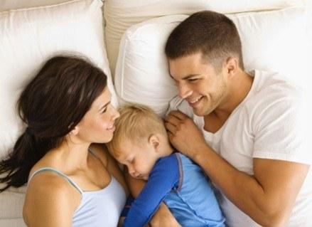 Narodziny dziecka przewracają świat jego rodziców do góry nogami. /ThetaXstock
