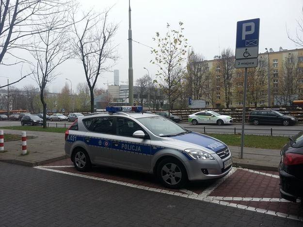 Naruszając przepisy ruchu drogowego, policjanci będą nie tylko łamać prawo, ale także lekceważyć polecenia przełożonych /Fot. Fot. https://www.facebook.com/SfotografujPolicjanta  /