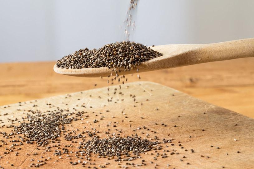 Nasiona chia doskonale nawilżają przesuszoną, szarą skórę twarzy /123RF/PICSEL
