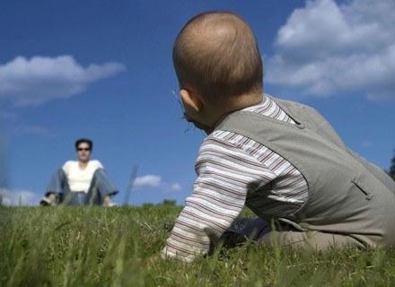 Nastawienie dorosłych może wpłynąć na sposób interpretowania zachowań niemowląt /ThetaXstock