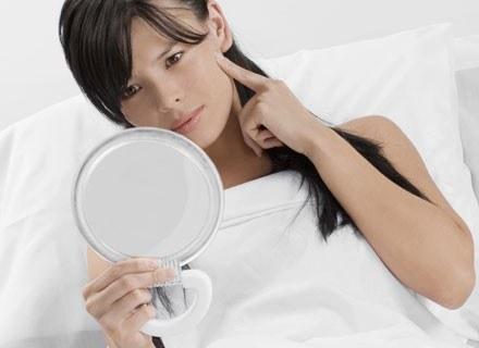 Nastolatki, mogą godzinami stać przed lustrem i wpatrywać się w swoje odbicie /© Panthermedia