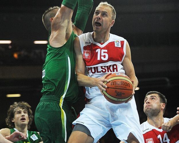 Nasz rozgrywający - Łukasz Koszarek (z prawej). /AFP