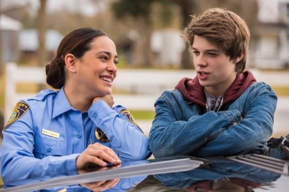 Natalie Martinez i Colin Ford dobrze się bawią w przerwie między scenami. /CBS /materiały prasowe