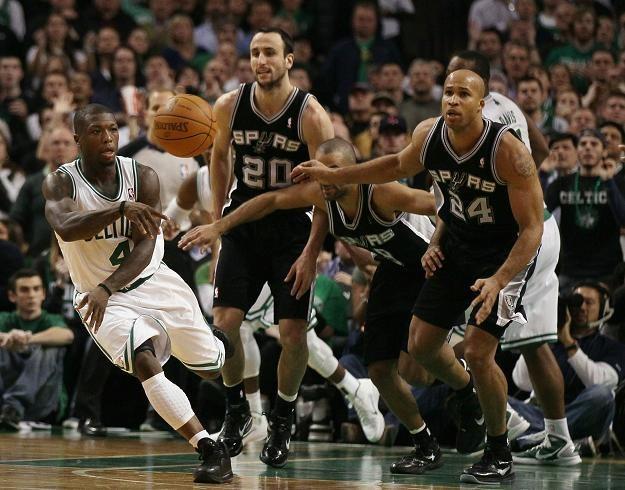 Nate Robinson w akcji. Koszykarze San Antonio Spurs nie potrafią go powstrzymać /AFP