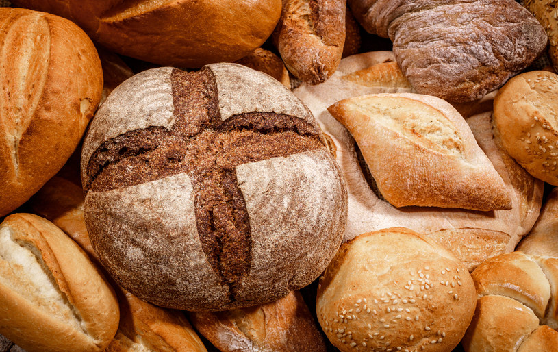 Naturalny chleb na zakwasie, taki który jedli także nasi ojcowie i dziadkowie stanowi doskonałe źródło błonnika /©123RF/PICSEL
