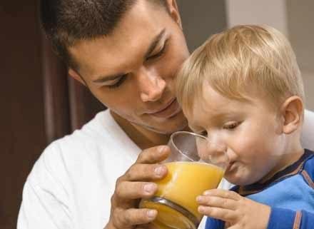Nauczenie dziecka picia z kubka teoretycznie jest bardzo, bardzo proste /ThetaXstock