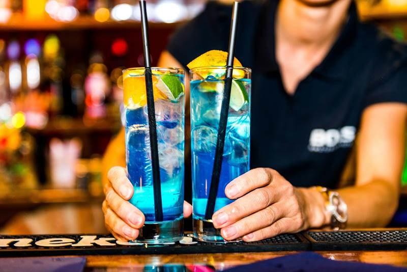 Naukowcy udowodnili ciekawą zależność w mieszaniu alkoholu z napojami energetycznymi /Jiri Castka    /PAP/EPA