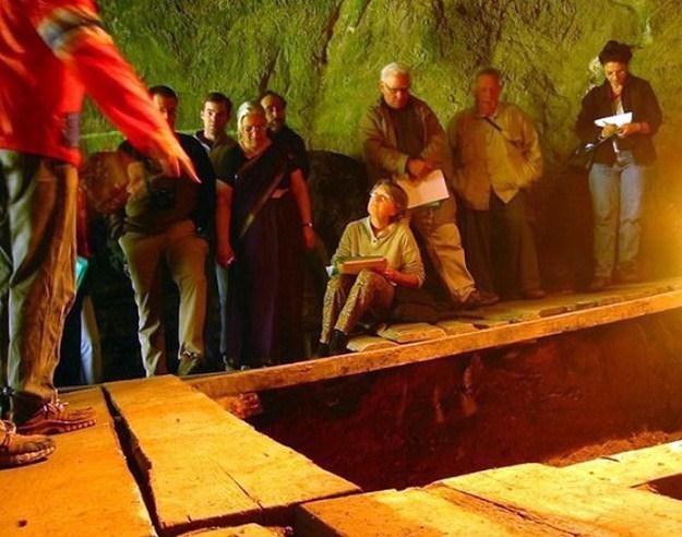 Naukowcy w jaskini Denisowa na Syberii /AFP