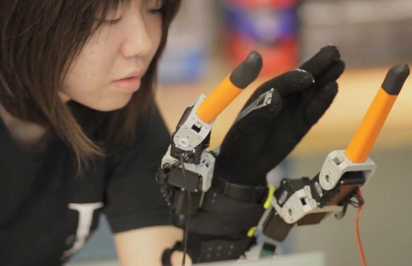 Naukowcy z MIT postanowili  dać człowiekowi dwa dodatkowe palce. /YouTube