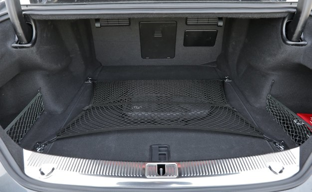 Nawet bagażnik Audi S8 jest szlachetnie wykończony. Jego pojemność to 520 l. /Motor