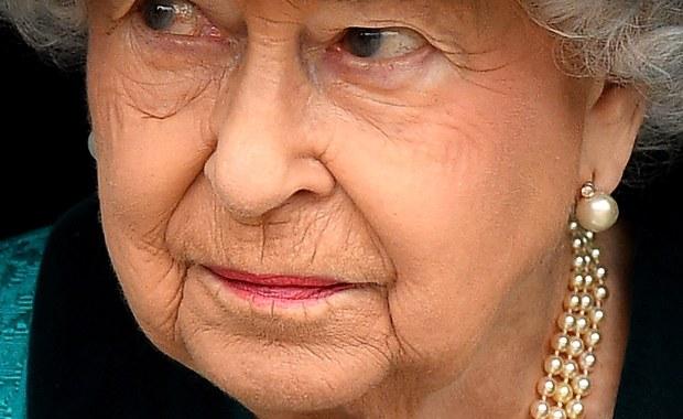 Nawet deszcz jej niestraszny. Konna przejażdżka Elżbiety II