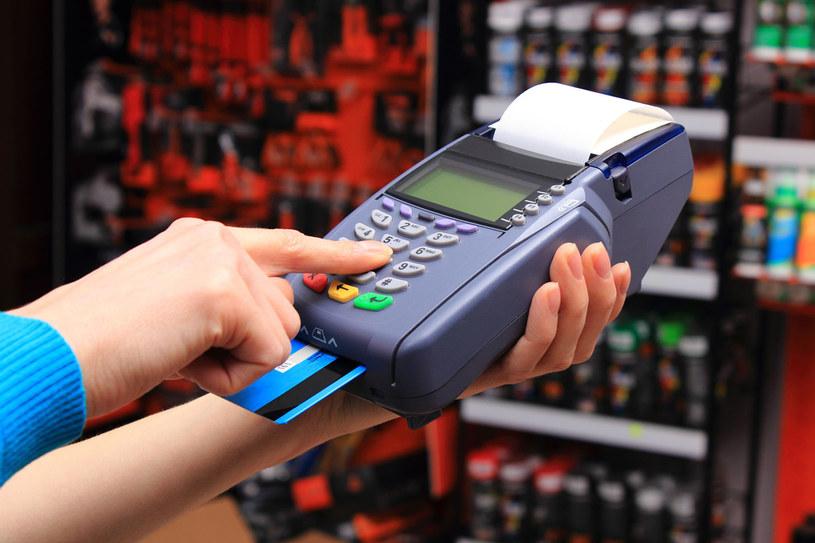 Nawet gdy stoimy już w kolejce do kasy, handlowcy próbują nas nakłonić do zakupów... /123RF/PICSEL