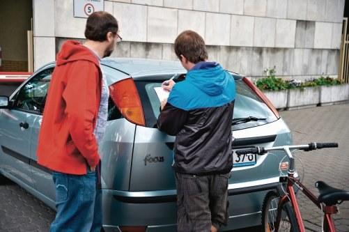 Nawet jeśli rowerzysta nie ma ubezpieczenia, warto spisać z nim oświadczenie o winie. Powinny się w nim znaleźć dokładne dane wraz z numerem PESEL rowerzysty oraz opis zdarzenia. Uwaga! Nie powinno się zapominać o podpisaniu oświadczenia przez obie strony. /Motor