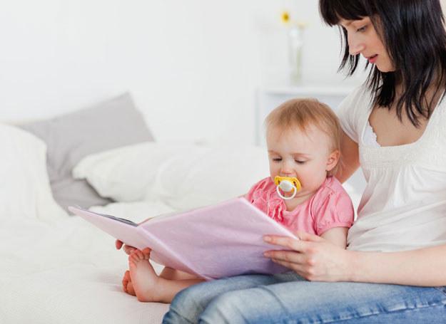 Nawet kilkumiesięczne dziecko polubi wspólne czytanie /123RF/PICSEL