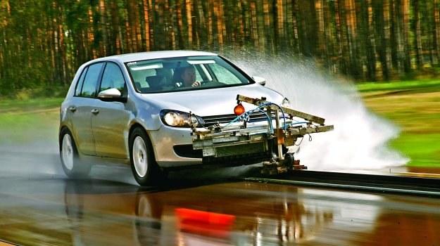 Nawet niedroga, ale nowa opona będzie zimą lepsza niż topowe ogumienie zużyte w 50 proc. /Motor